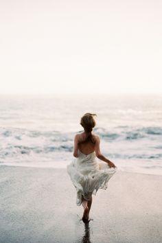 Jy is nie 'n na-gedagte nie. Jy is die kroon van die skepping en is geroep op die naam om 'n verskil te maak. Beach Photography Poses, Beach Poses, Beach Shoot, Beach Portraits, Summer Photography, Woman On Beach, Beach Editorial, Shooting Photo, Summer Photos