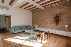 En el pasado había sido una vivienda de varias habitaciones pero tras la reforma llevada a cabo por la diseñadora de interiores Neus Casanova, este piso de 65 m2 situado en Barcelona se ha transformado en una casa de una sola habitación en la que el mobiliario y algunos elementos originales separan los espacios de [...]