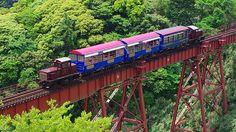 熊本県 南阿蘇鉄道 機関車を前後に連結し、窓が無い特殊客車で走る珍らしいトロッコ列車。スリルたっぷりの橋梁からの眺望や、原始林に見る古代阿蘇の自然を満喫できる。