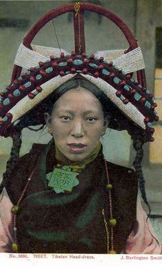 Stunning Old Costume Photos from Tibet Dalai Lama, Tibetan Clothing, Population Du Monde, Beautiful World, Beautiful People, Folk Costume, Costumes, Costume Ethnique, Vajrayana Buddhism