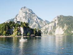 Los geht es auf einen Roadtrip durch eine der schönsten Regionen in Österreich. Das Salzkammergut und seine Seen & Berge erwarten uns. Zu den schönsten Orten geht es hier entlang. Hiking Tours, Hiking Trails, Stairs To Heaven, Hallstatt, Roadtrip, Van Life, Austria, The Good Place, Places To Visit