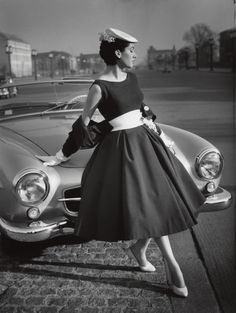 """Mode 1950er Jahre """"Die Modelinie"""", Püppi Döhler auf der Bismarckstraße, Modell Staebe-Seger F.C. Gundlach Berlin 1956"""