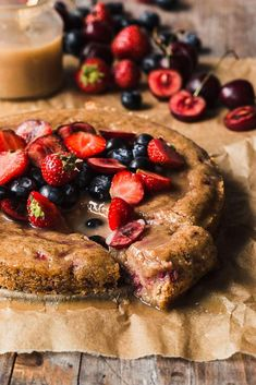 A gooey delicious vegan berry caramel cake to celebrate summer! The cake is easy to make, it's oil-free and moist with a generous drizzle of caramel on top. Healthy Sugar, Healthy Cake, Vegan Desserts, Vegan Recipes, Vegan Foods, Vegan Caramel, Berry Cake, Summer Cakes, Herb Butter
