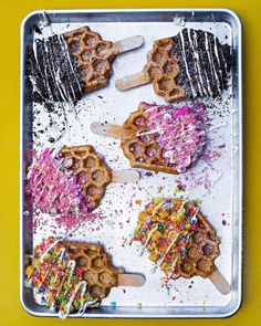 If you love waffles and colorful, decadent desserts, then you're about to be obsessed with these waffle pops. California-based Sweet Combforts has stepped up the street food game with its indulgent treats. Each waffle is dipped in cookie. Köstliche Desserts, Delicious Desserts, Dessert Recipes, Yummy Food, Dessert Food, Healthy Food, Food Trucks, Coachella Food, Waffle Pops