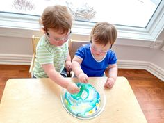 A few simple ingredients that will interact in a new way will invite your little one to use their powers of observation. Activities To Do With Toddlers, Science Activities, Montessori Science, Preschool Science, Natural Curiosities, Easy Science, Programming For Kids, School Readiness, Little Learners