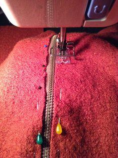 Reißverschluss einnähen Als erstes wir der Reißverschluss am Hinterteil eingenäht, da es einfacher ist, als ihn ins fertige Teil noch...