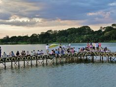 Festa cheia de atrações com vista para o Lago Paranoá.