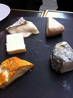 Aprenda neste artigo como servir e degustar os deliciosos queijos franceses. Saiba quais queijos comprar, como preparar um prato e como servir.
