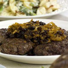 Gode, saftige karbonader med brunet løk, er bestandig en stor slager, også til koldtbordet! Her Recipe Boards, Dinner Is Served, Steak, Food And Drink, Gluten, Favorite Recipes, Food Food, Salt, Grey