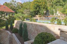 Ihr Garten weist Höhenunterschiede auf? Mit der Vertica® Mauer von Rinn Beton- und Naturstein gelingt die terrassierte Gestaltung problemlos! #rinnbeton #gartengestaltung #design