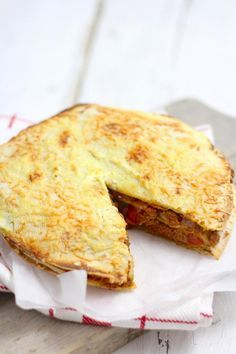 Wraptaart met gehakt || wraps, gehakt, gezeefde tomaten, ui, cherrytomaatjes, pesto, ricotta (of creme fraîche), geraspte kaas, kruiden: gehaktkruiden, italiaanse kruiden, chilipoeder, zout en peper
