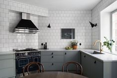 kitchen with white tiles Green kitchen with white tilesGreen kitchen with white tiles Green Kitchen, New Kitchen, Kitchen Dining, Kitchen Decor, Olive Kitchen, Gold Kitchen, Interior Desing, Scandinavian Kitchen, Scandinavian Apartment