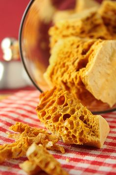 It consists of a syrup (corn, glucose, or even maple) boiled with sugar unt Vegan Dessert Recipes, Candy Recipes, Fall Recipes, Baking Recipes, Christmas Recipes, Diet Recipes, Honeycomb Recipe, Honeycomb Candy, Chocolate Greek Yogurt