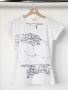 "A hand-painted t-shirt inspired by Michaelangelo's mural ""The creation of Adam"" - L'art et la mode."