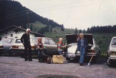 Herbsturlaub 1979 im 280 SE in Südtirol zum Wandern. Das miese Wetter wurde zwischendurch mit einem Tagesausflug nach Venedig überbrückt, um die Kinder bei Laune zu halten. Beim Packen und Beladen für die Rückreise ist Markus voller Tatendrang, während sein Zwilling mal lieber die Hände faltet, um nicht anpacken zu müssen. Und Oliver ist froh, dass das Wandern ein Ende hat.  Die Bezeichnung 'S-Klasse' wurde übrigens erstmals ab 1972 für die Baureihe W116 verwendet.   Familienarchiv