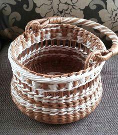 Newspaper Basket, Newspaper Crafts, Paper Crafts Origami, Diy Paper, Paper Basket Weaving, Pine Needle Crafts, Pine Needle Baskets, Plastic Baskets, Cardboard Paper