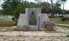 """""""La Isla de Pinos se encuentra al Sur de la parte occidental de la Isla de Cuba, y forma parte del Archipiélago de los Canarreos, siendo la mayor y más importante de las islas que rodean a la de Cuba. Está situada al Sur-franco de la ciudad de La Habana, en su mismo meridiano; frente y directamente al Sur también de Batabanó en la costa meridional de la Provincia de La Habana, de la cual forma parte como uno de sus 26 Términos Municipales."""