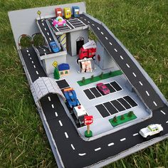 Cardboard creations: Racetrack race car … - Top Of The World Cardboard Car, Cardboard Box Crafts, Cardboard Race Track, Cardboard Playhouse, Cardboard Furniture, Projects For Kids, Diy For Kids, Crafts For Kids, Toddler Crafts