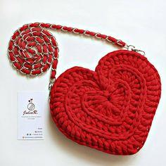 Mais amor por favor! . . . By @julianitta . . . #crochelovers #inspiracao #inspiration #bag# #fiosdemalha #trapillo #yarn #crocheteiras #crochet #crocheting #crochetlove #crochetingaddict #croche #yarnlove #yarn #knitting #knit #penyeip #craft #feitoamao #handmade #euamocroche #croche #croché #croshet #totora #penyeip #вязаниекрючком #uncinetto #かぎ針編み #bolsa #bolsotrapillo #bolsadecroche