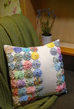 Sewing Pillows, Diy Pillows, Throw Pillows, Hand Embroidery, Embroidery Designs, Sewing Crafts, Sewing Projects, Yo Yo Quilt, Pillow Crafts