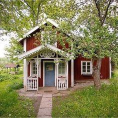 Faluröd sommarstuga med vita knutar. Vita, spröjsade fönster med gammalt glas. Locklistpanel och snickarglädje vid den lilla verandan.  Sinnesbilden för mig av svensk sommar som för tankarna till småländska landsbygden där jag växte upp. Vill kliva in här och titta runt en stund. Och sen fika i trädgården och höra vinden susa i träden. Snart så. #rödstuga #torp #förstukvist #snickarglädje #stuga #lantliv #byggnadsvård