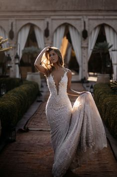 is a glamorous fitted mermaid wedding dress from Galia Lahav with a plunging v neckline and a drop low back. The Amani is a glamorous fitted mermaid dress with a plunging v neckline and a drop low back. Simple Wedding Gowns, Rustic Wedding Dresses, Dream Wedding Dresses, Bridal Dresses, Elegant Wedding, Dresses Dresses, Fitted Wedding Dresses, Party Dresses, Delicate Wedding Dress