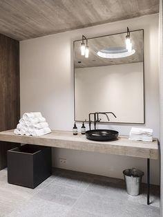 Banheiro com balcão de madeira