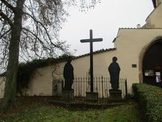 Kříž a sochy u kláštera - Kadaň