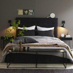 Tête de lit anthracite et mur gris kaki