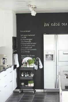 Parede de quadro negro destaca geladeira cromada! Carrinho da IKEA!