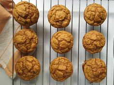 Pumpkin blender muffins Gluten-free, completely clean, and less than 100 calories per muffin. After discovering the magic of our blender muffins made with banana. Healthy Muffin Recipes, Healthy Muffins, Healthy Desserts, Dessert Recipes, Healthy Breakfasts, Yogurt Muffins, Oatmeal Muffins, Lemon Desserts, 100 Calories