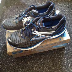 Nieuwe schoenen en doelen!! Heb het gevoel dat mijn avontuur nu echt gaat beginnen. Ben gemotiveerd en ga hard werken naar een halve of marathon in 2016 . Maar first things first en vet verliezen .. Super leuk om je even gesproken te hebben @_inge74_  en thanks voor het advies @runnersworldutrecht  #hardlopen #brooks #questfor2015 #loverunning #nikeplus #strava #goals