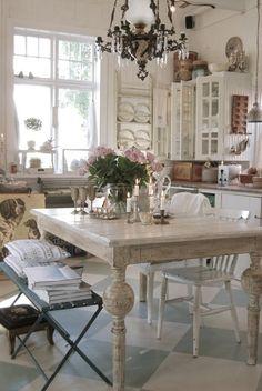 Кухня/столовая в  цветах:   Бежевый, Белый, Коричневый, Светло-серый, Серый.  Кухня/столовая в  стиле:   Прованс.