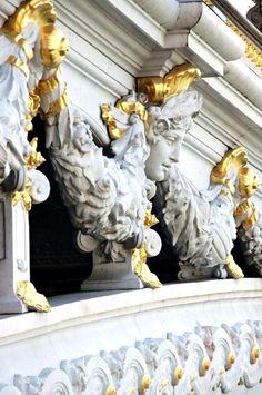Pont Alexandre III, Paris - une ville de lumière avec de l'or qui contraste sur le blanc.