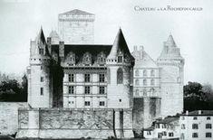 Chateau de la Rochefoucauld, élévation Est, dessin datant de 1883. - II) ARCHITECTURE, 2: LES GRANDES DATES: 1350: AIMERY DE LA ROCHEFOUCAULD fait construire les 2 tours d'entrée. - 1453: JEAN DE LA ROCHEFOUCAULD  érige les 3 tours d'angle et fait surélever le donjon à la suite de la victoire de la bataille de Castillon qui met fin à la guerre de Cent Ans.