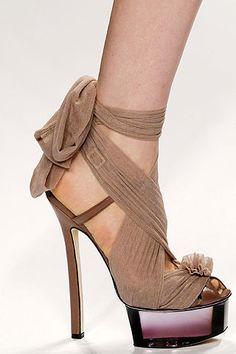 Detalle de la sandalia color maquillaje con tacón de aguja y plataforma transparente, de Fendi