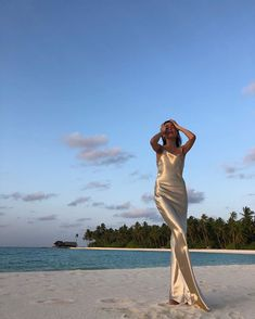 Beach Photography Poses, Beach Poses, Summer Aesthetic, Aesthetic Girl, Looks Party, Elegantes Outfit, Summer Photos, Foto Pose, Photoshoot Inspiration