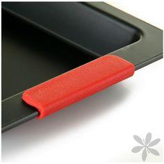 """""""PETRA"""" Sólida bandeja de horno fabricada en acero al carbono con asas de silicona. Disponible en varios tamaños."""