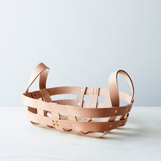 Leather Basket - use old belts & rivets Leather Accessories, Decorative Accessories, Jute, Leather Bag Tutorial, Leather Projects, Leather Crafts, Leather Furniture, Food 52, Vegetable Tanned Leather