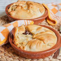 Verwarm de oven voor op 200 graden. Snijd de kipfilet en gember in kleine stukjes. Kersen uit laten lekken en in kleine stukjes snijden. Braad de stukjes kipfilet met zout en pepere in de pan (ongeveer 5 minuten) Doe de stukjes kers in een bak, voeg hier de zure room, kerriesaus, knoflook,sambal, gember en de gebraden kipfilet toe. Vet een ovenschaal in en bekleed deze met het croissantdeeg. Giet het mengsel op het croissantdeeg. Stooi de geraspte kaas erover. Vouw het croissantdeeg naar…