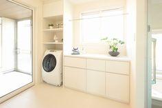 「洗う」「干す」「しまう」家事をまとめてできる、アイロン台を備えた脱衣室です。外部にも軒下に物干を設けた、冬場の物干しに配慮した雪国ならではの提案です。 Laundry Area, Laundry In Bathroom, Bathroom Toilets, Washroom, Laundry Powder, Natural Interior, Paint Colors For Living Room, Minimalist Home, Living Room Designs