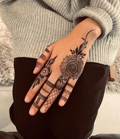 Top 50 Best Easy Mehndi Design Images and Photos - Mehndi Artist Delhi Pretty Henna Designs, Modern Henna Designs, Indian Henna Designs, Latest Henna Designs, Finger Henna Designs, Mehndi Designs For Girls, Henna Art Designs, Mehndi Designs For Beginners, Mehndi Design Photos