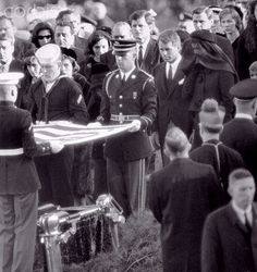 November 1963 ~ The Flag Is Folded Over JFK's Casket At Arlington National Cemetery Right Before Burial ~ It Was Later Presented To His Widow Jacqueline Jfk Kennedy, Jackie Kennedy Style, Robert Kennedy, Jfk Funeral, Kennedy Assassination, John Junior, Usa Holidays, John Fitzgerald, American Presidents