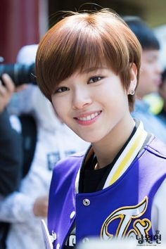10 K-Pop Idols Pushing The Boundaries Of Gender With Androgynous Charm Kpop Girl Groups, Korean Girl Groups, Kpop Girls, Suwon, K Pop, Short Hair Cuts, Short Hair Styles, Bowl Haircuts, Twice Jungyeon