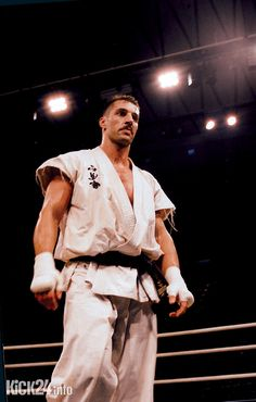 He died very young: Andy Hug. Karate and kickboxing world champion from Switzerland. Rest in peace. Muay Thai Martial Arts, Mixed Martial Arts, K1 Kickboxing, Fighter Workout, Kyokushin Karate, Marshal Arts, Mma Fighting, Combat Training, Martial Artists