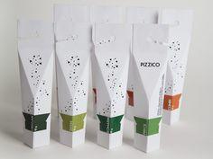 PIZZICO | MARIANNE KAUFMANN «L'emballage des épices «Pizzico» a été inspiré par une vieille tradition méditerranéenne de la conservation des herbes aromatiques qui s'appelle «Le bouquet garni», (...) qui permet de préserver les épices de la lumière, mais qui pourrait facilement être pendu, a ouvert rapidement et recyclée après utilisation.»