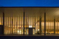 日田市民文化会館 パトリア日田(新建築 2008年10月号040頁) 大分県日田市の中心部につくられたホール.客席数1,000席の大ホールと300席の小ホールからなる.東に隣接する公園側に大きな庇が延び,その下はさまざまに使えるロビー空間となる.日田産の木材(スギ・ヒノキ)や貝灰漆喰など自然素材を多用している.
