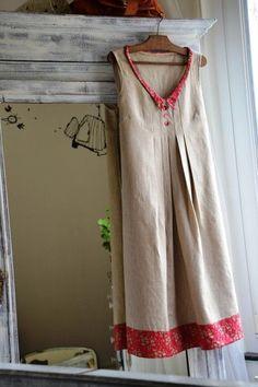 Cela faisait bien longtemps que je gardais ce petit liberty capel sous le coude...le temps de lui trouver le lin coordonné...le temps de penser au quoi ... au comment...au pour qui... Finalement , une petite robe toute simple, sans manches... pour moi......