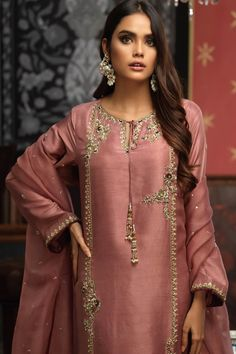 Latest Pakistani Dresses, Beautiful Pakistani Dresses, Pakistani Fashion Party Wear, Pakistani Bridal Dresses, Pakistani Dress Design, Pakistani Outfits, Indian Outfits, Pakistani Kurta, Pakistani Suits Online