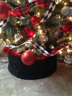 Christmas Trend: Trees In A Basket Christmas Tree In Basket, Xmas Tree, Christmas Trends, Christmas Projects, Fabric Tree, Home Decor Baskets, Christmas Decorations, Holiday Decor, Tree Skirts